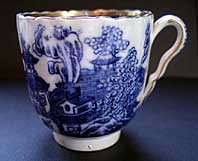 VERY RARE EARLY SPODE BLUE AND WHITE PEARLWARE COFFEE CUP THE TWO FIGURES I PATTERN C.1785-90