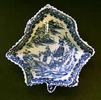 FINE CAUGHLEY BLUE AND WHITE PORCELAIN FISHERMAN AND CORMORANT PATTERN PICKLE LEAF DISH C.1780-95