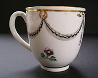 ELEGANT WILLIAM DUESBURY DERBY NEO-CLASSICAL HUSKS ANS SWAGS PATTERN PUCE MARK COFFEE CUP C.1782-1795
